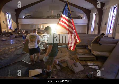 Lumberton, USA. 07th Sep, 2017. Lumberton, Texas USA Sept. 7, 2017: Members of First Baptist Church of Loeb chain - Stock Photo