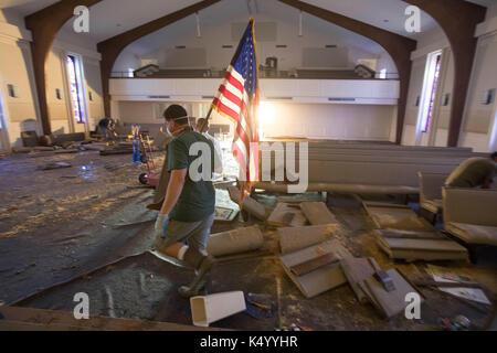 Lumberton, USA. 07th Sep, 2017. Lumberton, Texas USA Sept. 7, 2017: Members of First Baptist Church of Loeb clean - Stock Photo
