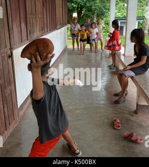 (170908) -- VIENTIANE PROVINCE (LAOS), Sept. 8, 2017 (Xinhua) -- Local kids play game at Phou Kao Nang village, in Vientiane province, Laos, Sept. 7, 2017. About 400 residents live in Phou Kao Nang village which is located on one of the Nam Ngum Lake islands. (Xinhua/Liu Ailun) Stock Photo