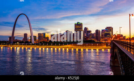 St Louis, Missouri cityscape skyline and Gateway Arch as night falls over downtown (logos removed for commercial - Stock Photo