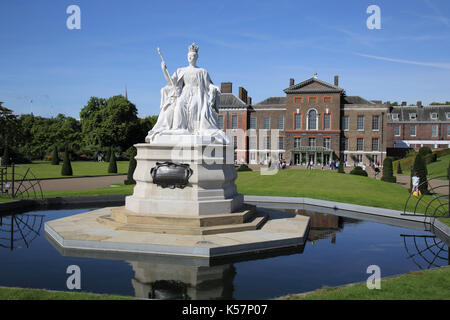 queen victoria statue outside kensington palace in hyde park london - Stock Photo