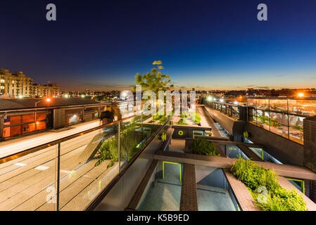 The High Line promenade at dusk. Chelsea, Manhattan, New York City - Stock Photo