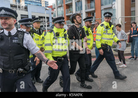 London, UK. 9th Sep, 2017. London, UK. 9th September 2017. Police arrest a cyclist at the West Gate of the DSEI - Stock Photo