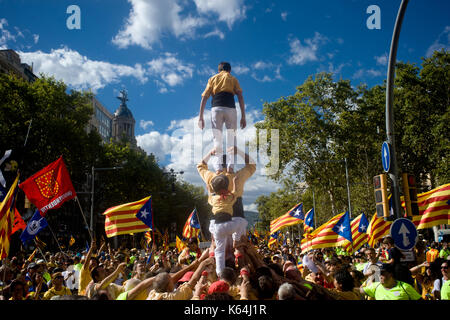 Barcelona, Spain. 11th Sep, 2017. In Barcelona, coinciding with Catalan national day or Diada, castellers build a human tower as hundreds of thousands fill the streets demanding the independence of Catalonia. Catalan government aims to celebrate a referendum on independence next first October. Credit: Jordi Boixareu/Alamy Live News