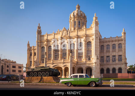 Museum of the revolution with the SU-100 Soviet tank destroyer and a 50s car parcked in front, Havana, Cuba - Stock Photo