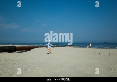 Am Strand, Langeoog.  Deutschland.  Germany.  Tourists are still able to enjoy walking along the beach during the - Stock Photo