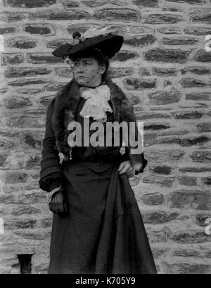 AJAXNETPHOTO. 1891-1910 (APPROX). FRANCE. - PORTRAIT OF A WOMAN WITH A HAT OUTDOORS IN A LONG DRESS.PHOTOGRAPHER:UNKNOWN© - Stock Photo