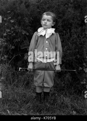 AJAXNETPHOTO. 1891-1910 (APPROX). FRANCE. - PORTRAIT OF A YOUNG BOY IN A UNIFORM WITH A BOW WEARING A BERET AND - Stock Photo