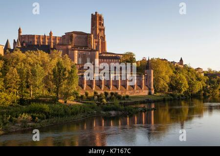 France, Tarn, Albi, the episcopal city, listed as World Heritage by UNESCO, Sainte Cecile cathedral and the banks - Stock Photo