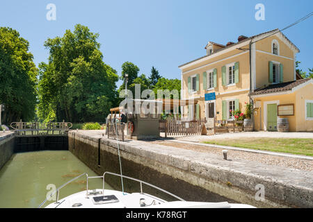 View from a canal boat in a lock (the Écluse de la Gaule) on the Canal latéral à la Garonne in the Dordogne region - Stock Photo