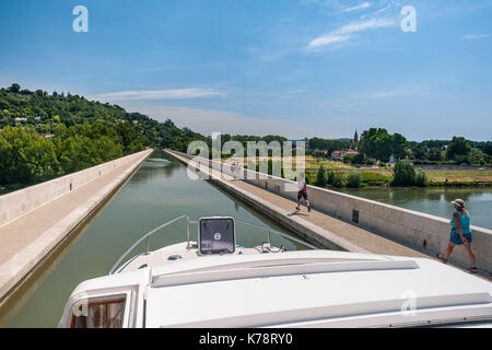 The Canal latéral à la Garonne leading over the Garonne River to the town of Agen in the Dordogne region of southwest - Stock Photo