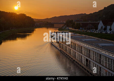 Flusskreuzfahrtschiff auf der Donau in Regensburg, Deutschland - Stock Photo