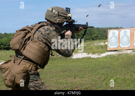 31st Marine Expeditionary Unit, fires an M16A4 service rifle - Stock Photo