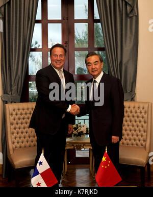Panama City. 16th Sep, 2017. Panama's President Juan Carlos Varela (L) meets with visiting Chinese Foreign Minister - Stock Photo