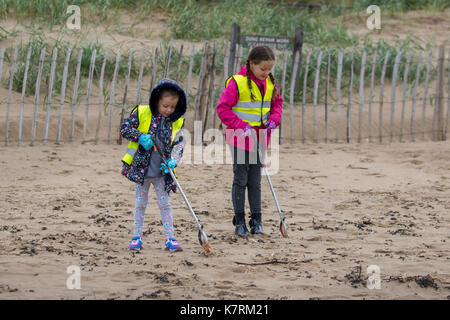 Crosby, Merseyside. Europe. UK Weather.  17th September, 2017. Elmo & Flo, both 6 years old, volunteers on National - Stock Photo