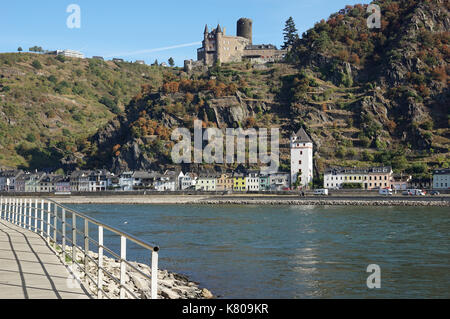 Sankt Goarshausen is a village on the eastern shore of the Rhine . Close to the village on the hillside lie the - Stock Photo