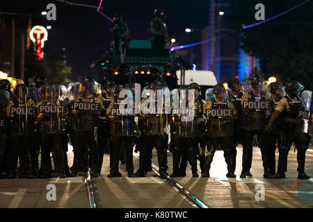 Chicago, USA. 16th Sep, 2017. Police line marches towards demonstrators in St. Louis, Missouri, the United States, - Stock Photo