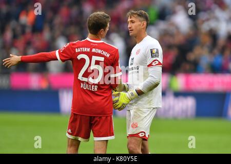 Muenchen, Deutschland. 16th Sep, 2017. Torwart Rene ADLER (FSV Mainz) mit Thomas MUELLER (MULLER, FC Bayern Munich) - Stock Photo