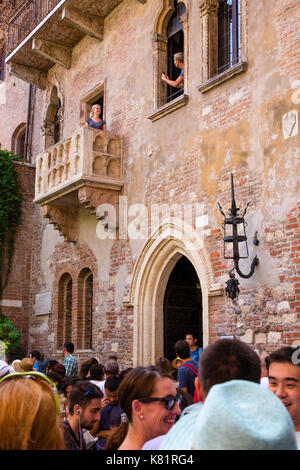 Casa di Giulietta, Juliet's house and balcony crowded with tourists in Verona, Italy - Stock Photo