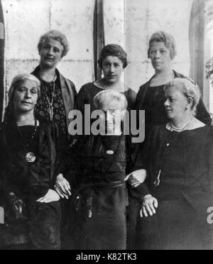 amalia freud, sigmund freud's mother with daughters, 1925 - Stock Photo