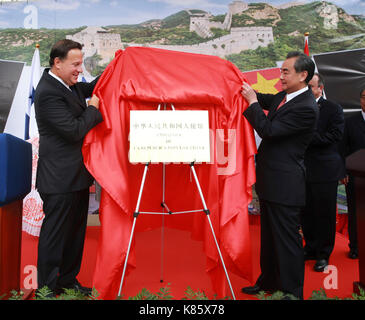 Panama City, Panama. 17th Sep, 2017. Panama's President Juan Carlos Varela (L) and Chinese Foreign Minister Wang - Stock Photo