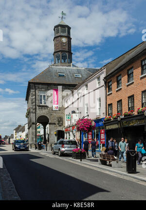 Ireland, Kilkenny, High Street with city hall The Tholsel, Irland, High Street mit Rathaus The Tholsel - Stock Photo