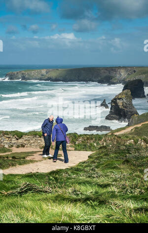 Bedruthan Steps - holidaymakers enjoying the windy conditions at Bedruthan Steps on the North Cornwall coast. - Stock Photo