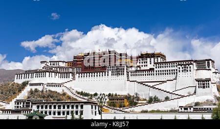 Potala palace, former Dalai Lama residence in Lhasa - Tibet - Stock Photo