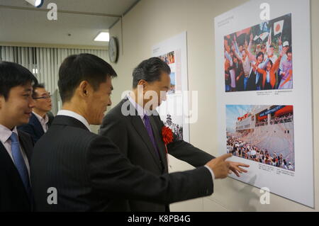 Tokyo, Japan. 20th Sep, 2017. Yukio Hatoyama (1st, R), former prime minister of Japan, visits a photo exhibition - Stock Photo