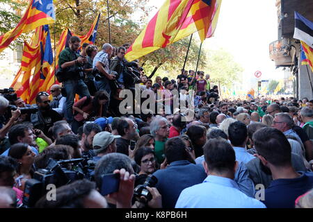 Barcelona, Spain. 20th Sep, 2017. People go to the streets to demonstrate against Spanish government decision of - Stock Photo