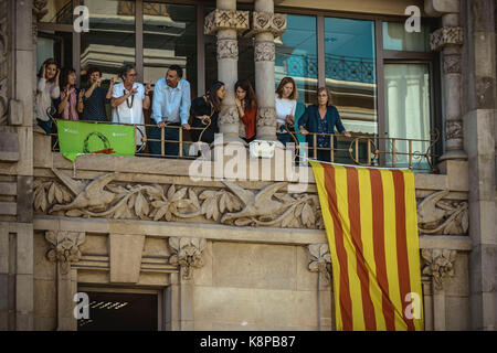 Barcelona, Spain. 20th Sep, 2017. Employees of the Catalan Economy Ministry look out of the window as police officers - Stock Photo