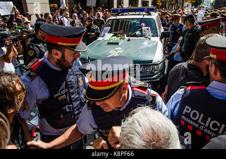 Barcelona, Spain. 20th Sep, 2017. The Catalan police are trying to facilitate the departures of vehicles of the - Stock Photo
