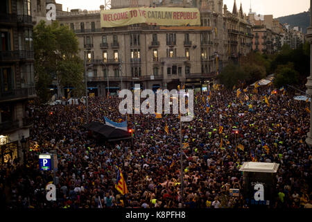 Barcelona, Catalonia, Spain. 20th Sep, 2017. In Barcelona thousands pro-independence supporters gather close to - Stock Photo
