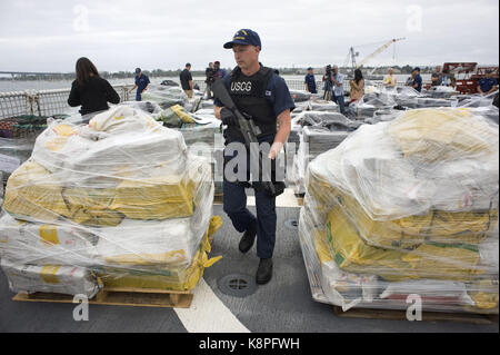 San Diego, Estados Unidos. 20th Sep, 2017. An agent of the Coastal Guard watches cocaine packets seized at the east - Stock Photo