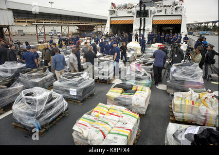 San Diego, Estados Unidos. 20th Sep, 2017. Agents of the Coastal Guard watch cocaine packets seized at the east - Stock Photo