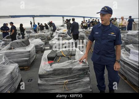 San Diego, Estados Unidos. 20th Sep, 2017. Coastal Guard Commander, Almiral Paul Zukunft, shows cocaine packets - Stock Photo