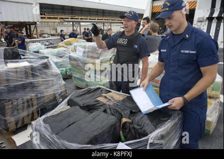 San Diego, Estados Unidos. 20th Sep, 2017. Coastal Guard agents show cocaine packets seized at the east Pacific, - Stock Photo