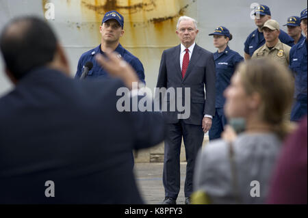 San Diego, Estados Unidos. 20th Sep, 2017. US Attorney General Jeff Sessions (C) listens to the journalists' questions - Stock Photo