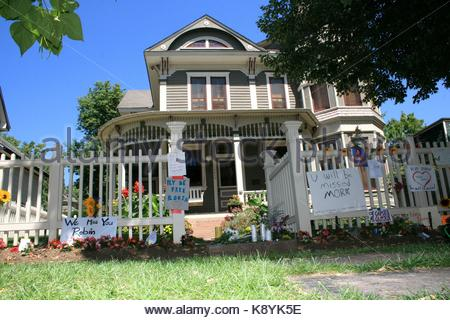 ... Fans Remember Robin Williams At The U0027Mork And Mindyu0027 House In Boulder,  Colorado