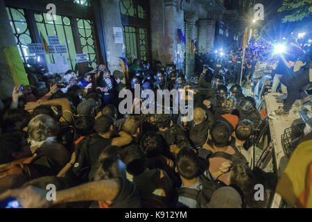 Barcelona, Spain. 21st Sep, 2017. Pro-independence protestors clash with Mossos d'Esquadra officers that keep watch - Stock Photo