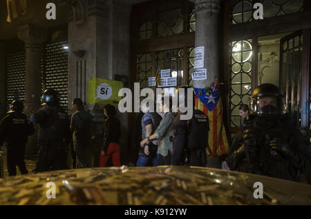 Barcelona, Spain. 21st Sep, 2017. Mossos d'Esquadra officers keep watch outside the regional Ministry of Economy's - Stock Photo
