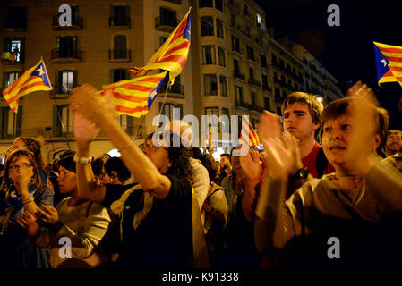 Barcelona, Spain. 20th Sep, 2017. People cheer at independentists chants in Rambla Catalunya, in a concentration - Stock Photo