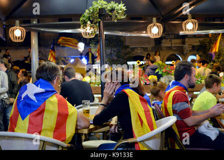 Barcelona, Spain. 20th Sep, 2017. Some demonstrators rest in a restaurant next to the concentration to protest against - Stock Photo