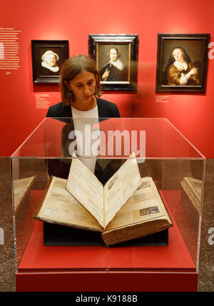 Hamburg, Germany. 21st Sep, 2017. An exhibition employee looking at the 'Album amicorum' by Burchard Grossmann, - Stock Photo