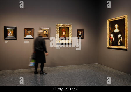 Hamburg, Germany. 21st Sep, 2017. Two women admiring paintings at the exhibition 'The Birth of the Art Market. Rembrandt, - Stock Photo