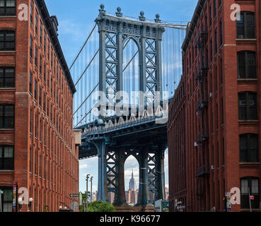 A view of the Manhattan Bridge above the Main Street Park from Washington Street. - Stock Photo