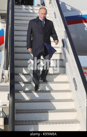 Ulyanovsk, Russia. 22nd Sep, 2017. Russia's President Vladimir Putin leaves the plane as he arrives at the city's - Stock Photo