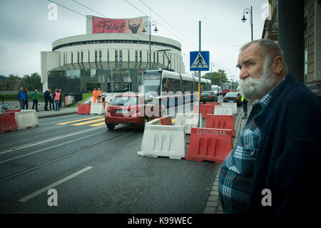 Bydgoszcz, Poland. 22nd Sep, 2017. A man watches traffic near a busy road in the center of the city on World Car - Stock Photo