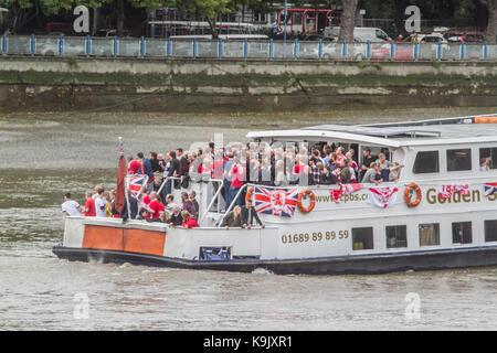 Putney London, UK. 23rd Sep, 2017. Middlesborough football fans celebrate and sing on an open top boat on the River - Stock Photo