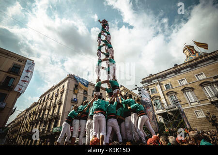 Barcelona, Spain. 23rd Sep, 2017. The 'Castellers de Vilafranca' build one of their human towers during Barcelona's city holiday 'La Merce' Credit: Matthias Oesterle/Alamy Live News